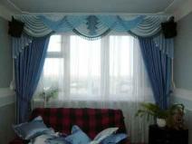 Элегантные синие шторы в зале