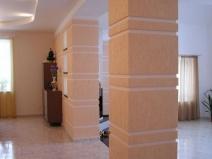 колонны оштукатуренные короедом