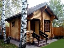 Баня из бревен с деревянным крылечком