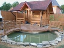 строительство деревянной беседки с прудом