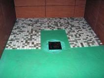 Укладка мозаики на пол в душевой