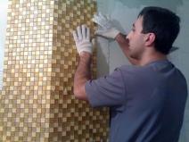 Работы по укладке мозаики на стену