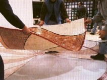 Укладка мозаики на сетке на пол