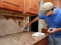 укладка фартука из плитки на кухне по диагонали