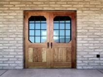 двустворчатая входная деревянная дверь