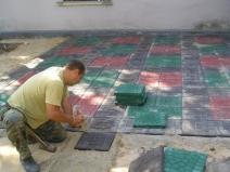 Укладка крупной плитки разных цветов