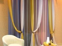 цветные асимметричные шторы в гостиную