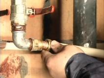 Монтаж водопроводных труб в квартире