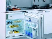 Холодильник встроен под мойкой