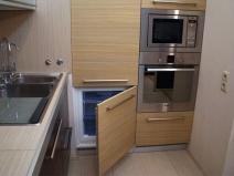Холодильник может быть спрятан за дверцами