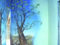 Коридор с художественной росписью на стенах