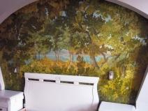 Роспись стены у изголовья кровати в спальне