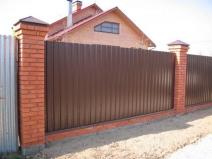 забор из профлиста и кирпича для загородного дома