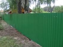 простой забор из крашеного профлиста для дачи