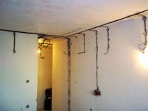 Штробы в комнате для электропроводки