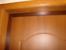 Установка металлической планки для шумоизоляции двери